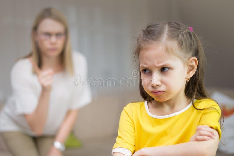 La madre rimprovera sua figlia Relazioni di famiglia L'istruzione del bambino fotografia stock libera da diritti