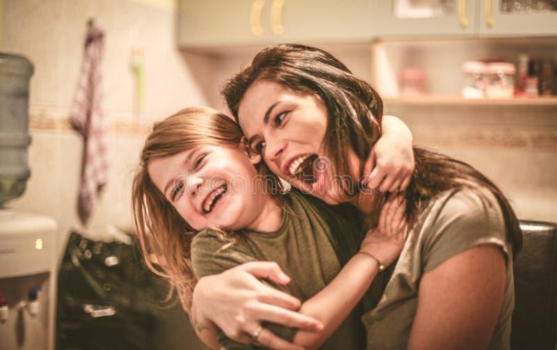 La madre se divierte con la hija Cierre para arriba fotografía de archivo
