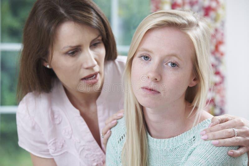 La madre si è preoccupata per la figlia adolescente infelice fotografia stock libera da diritti