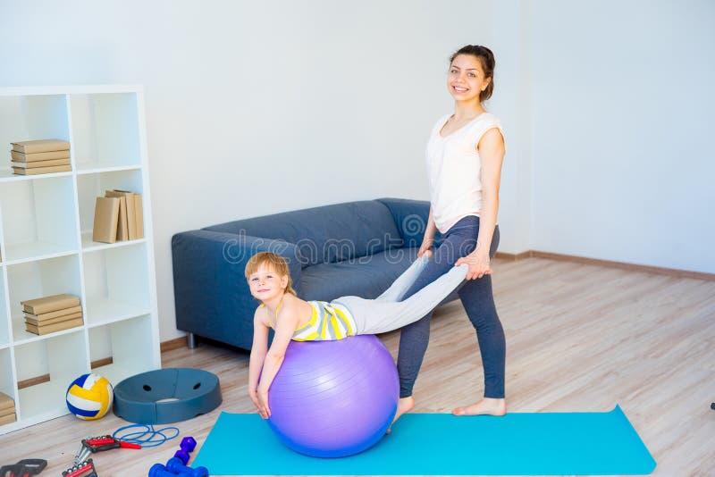 La madre sta facendo l'yoga fotografie stock libere da diritti