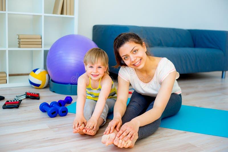 La madre sta facendo l'yoga fotografia stock