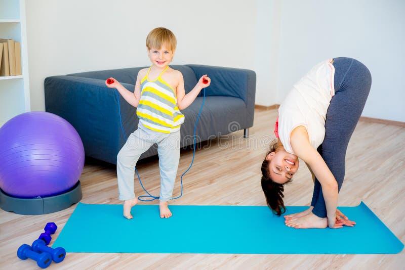 La madre sta facendo l'yoga immagine stock