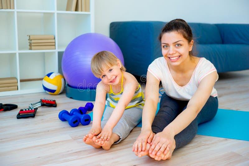 La madre sta facendo l'yoga fotografia stock libera da diritti