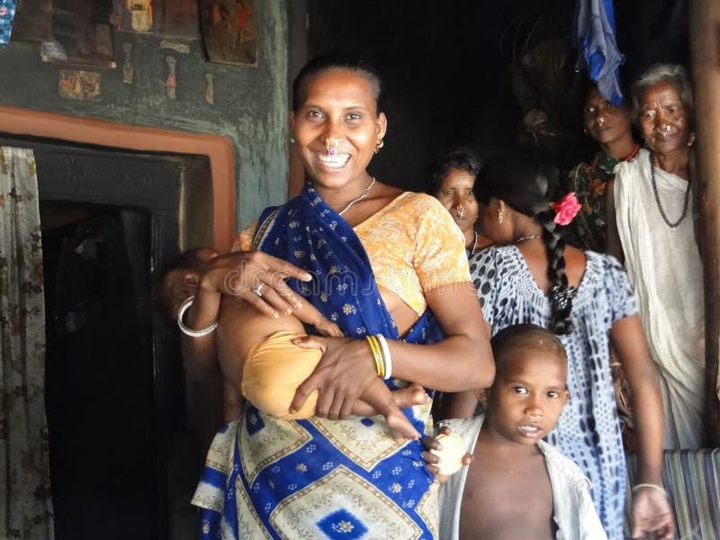 La madre tribale ed il suo bambino propongono per i ritratti fotografia stock