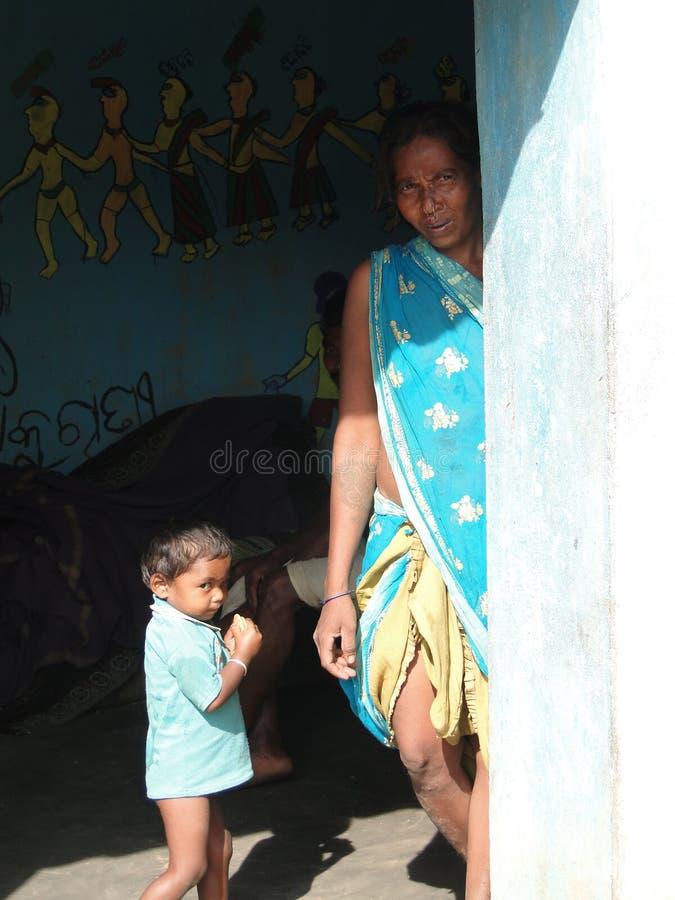 La madre tribale ed il suo bambino propongono per i ritratti immagine stock