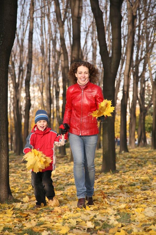 La madre va para una caminata con el hijo. Otoño imagen de archivo libre de regalías