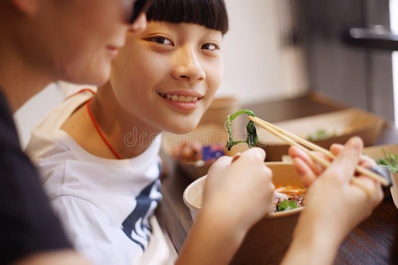 La madre y el hijo asiáticos almuerzan en un restaurante fotografía de archivo libre de regalías