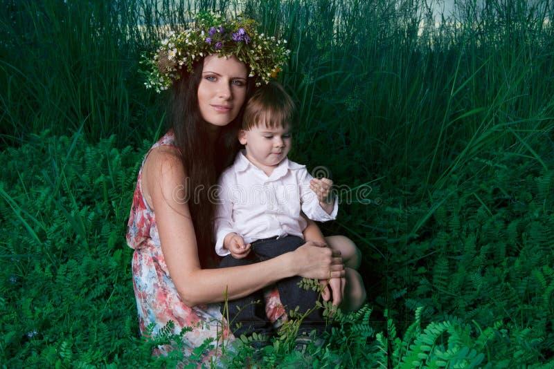 La madre y el hijo disfrutan de día de verano foto de archivo libre de regalías