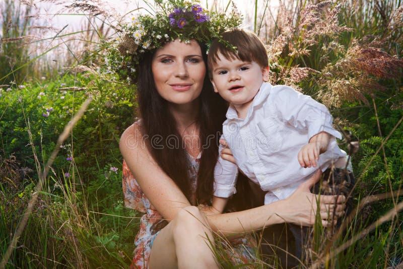 La madre y el hijo disfrutan de día de verano fotografía de archivo