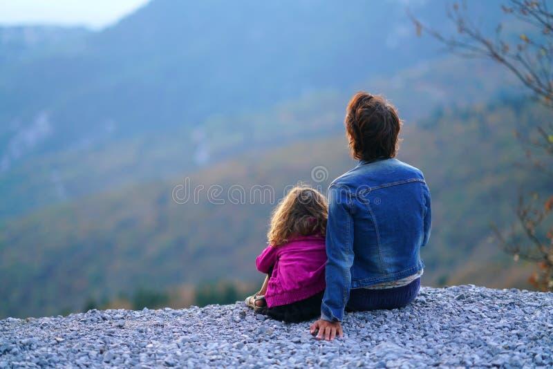 La madre y la hija disfrutan de la vista de la naturaleza encantada de la montaña en Euboea imagen de archivo