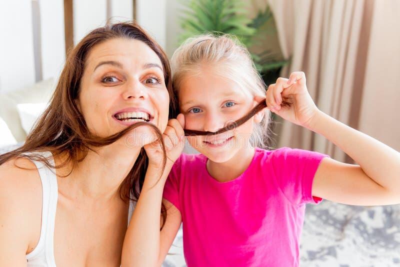 La madre y la hija están pasando el tiempo junto en casa imagen de archivo libre de regalías