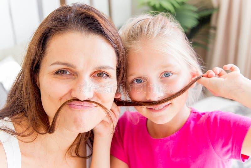 La madre y la hija están pasando el tiempo junto en casa foto de archivo libre de regalías