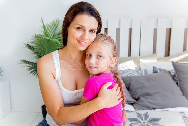 La madre y la hija están pasando el tiempo junto en casa fotografía de archivo libre de regalías