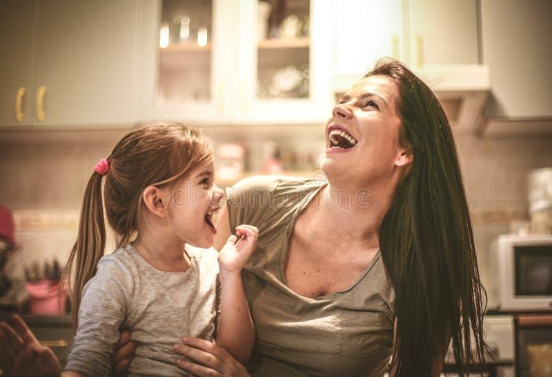La madre y la hija se divierten junto fotografía de archivo libre de regalías