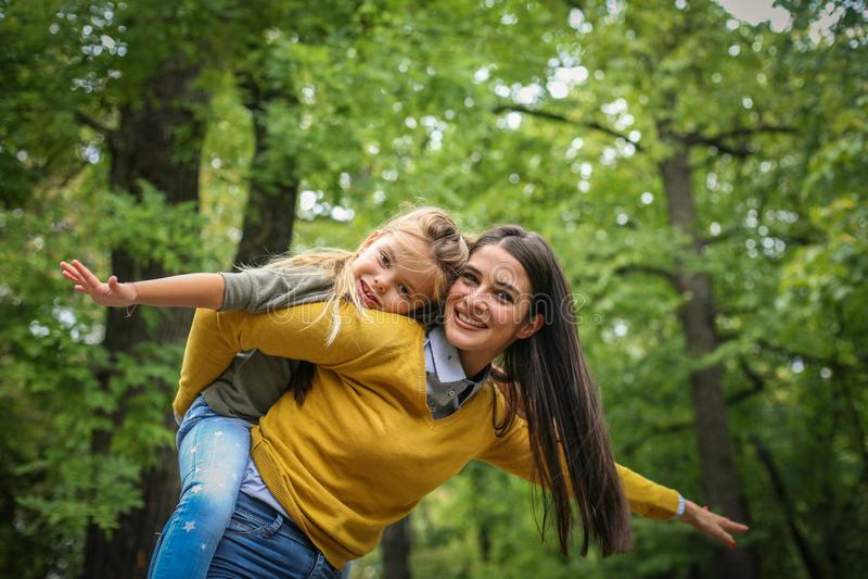 La madre y la hija tienen jugar juntas afuera fotos de archivo libres de regalías