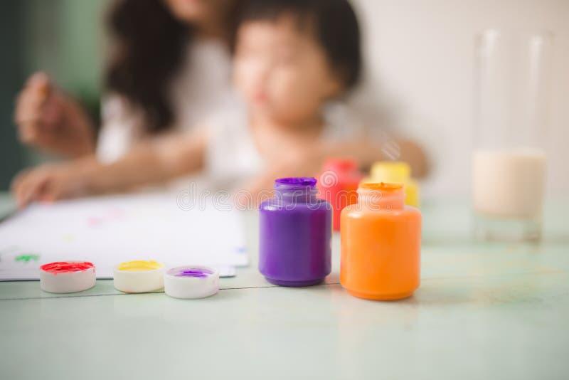 La madre y la hija felices de la familia juntas pintan Hel asiáticos de la mujer imagen de archivo