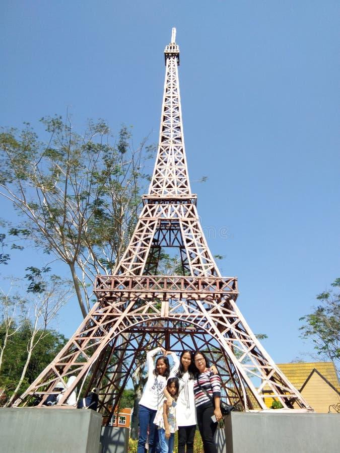 La madre y sus tres hijas presentan delante de la torre falsa de Eifel fotos de archivo