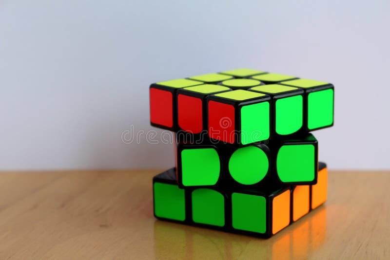 La magia 3x3 Speedcube de Rubik en una tabla fotos de archivo