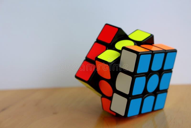 La magia 3x3 Speedcube de Rubik en una tabla imagen de archivo libre de regalías