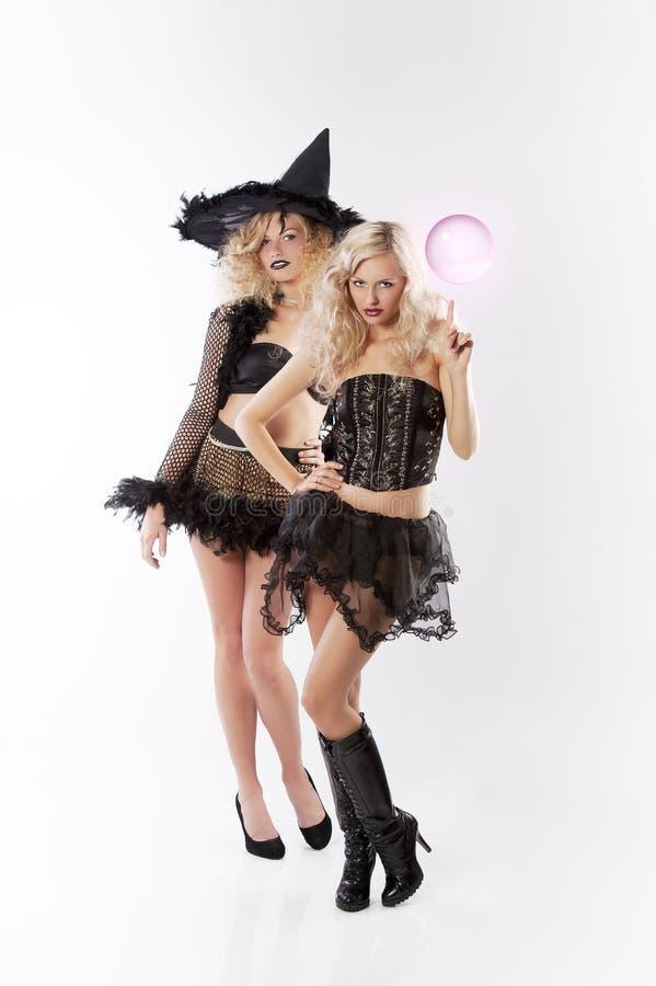 La magie de 2 sorcières foncées photos stock