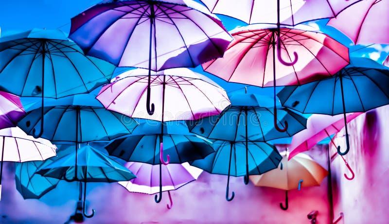 La magie multicolore des parapluies en vol photographie stock libre de droits