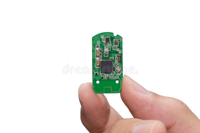La main avec le petit microcontrôleur électronique de puce a isolé images stock
