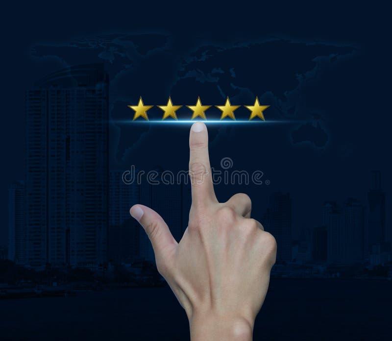 La main cliquent sur dessus cinq étoiles d'or pour augmenter l'évaluation au-dessus de la carte et du ci photos stock
