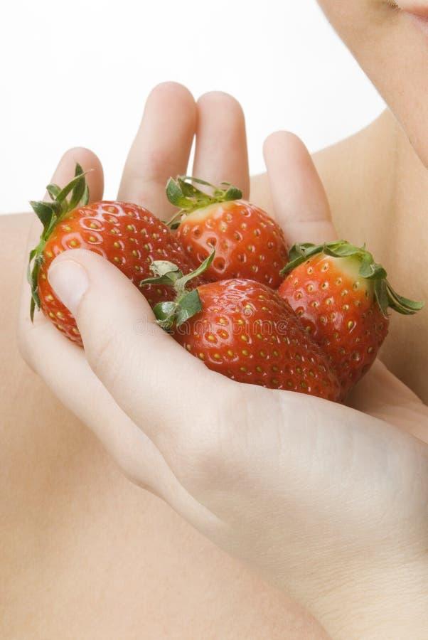 La main complètement de la fraise images libres de droits
