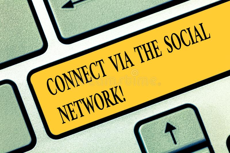 La main conceptuelle écrivant l'apparence se relient par l'intermédiaire du réseau social Mise en réseau en ligne de transmission image libre de droits