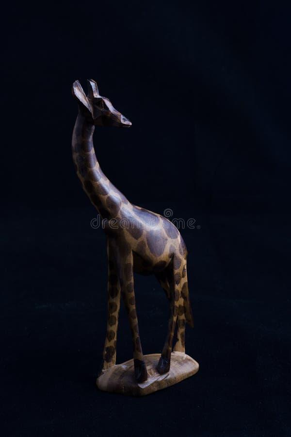 La main a découpé la girafe en bois images libres de droits