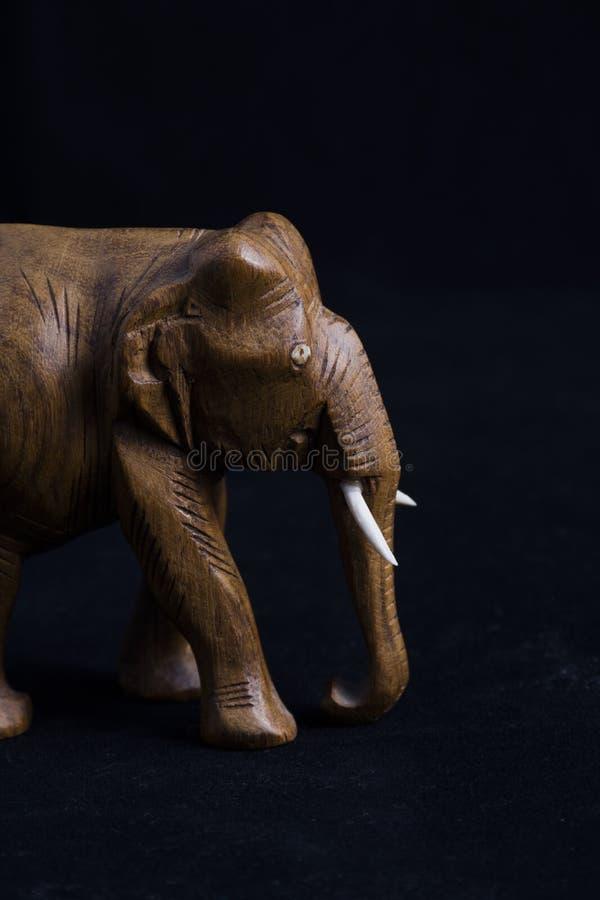 La main a découpé l'éléphant en bois photos stock