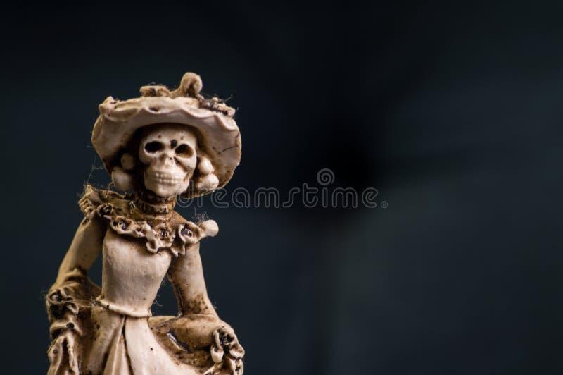 La main a découpé le haut de forme mexicain de gâteau de mariage de jeune mariée squelettique photos stock