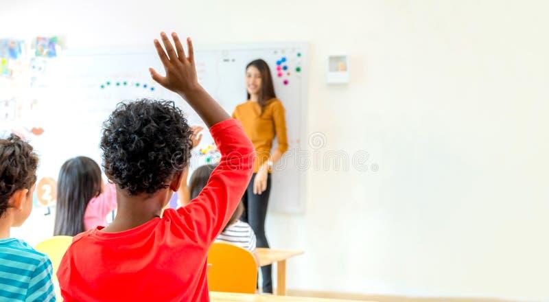 La main d'enfant d'appartenance ethnique d'afro-américain pour répondent à la question du te photographie stock libre de droits