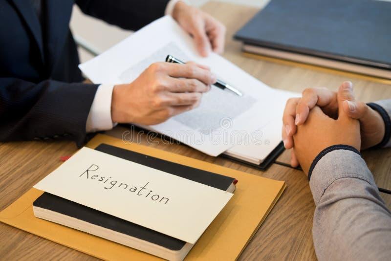 La main d'homme d'affaires envoyant une lettre de démission au travailleur écarté par patron exécutif a stoppé de la société, le  photos libres de droits