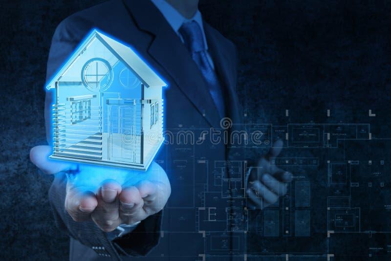 La main d'homme d'affaires montre le modèle de maison photos stock