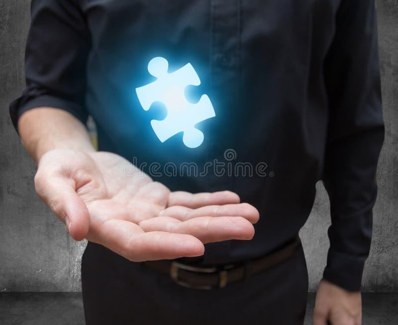 La main d'homme d'affaires offre la solution photo stock