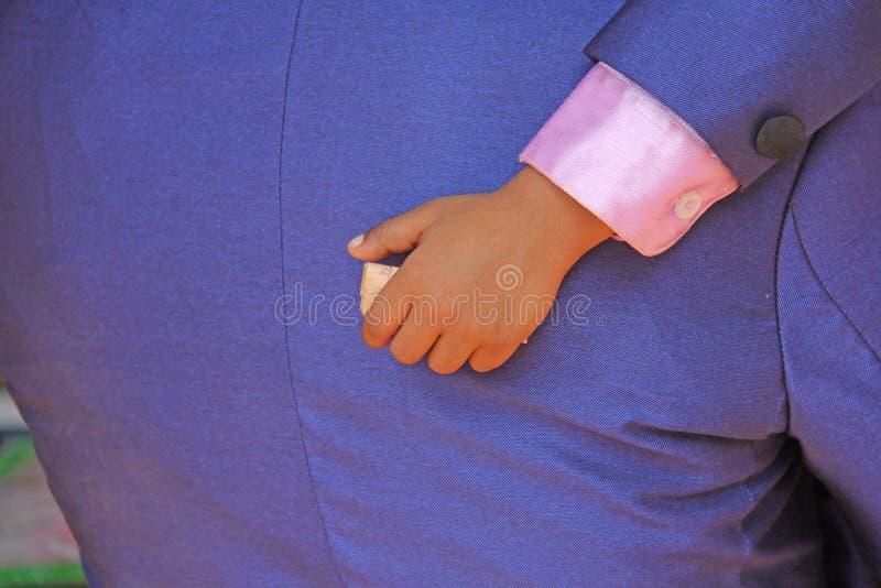 La main d'un enfant tient les roupies indiennes image libre de droits