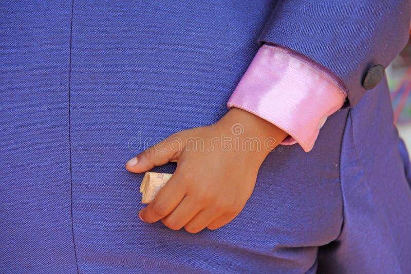La main d'un enfant tient les roupies indiennes image stock