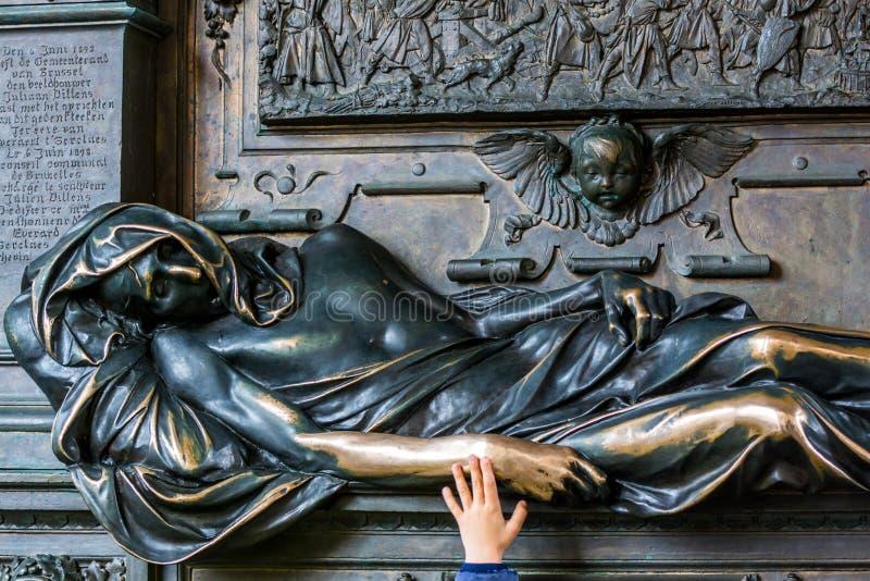 La main d'un enfant touchant la statue d'Everard t' Serclaes à Bruxelles, Belgique photo libre de droits