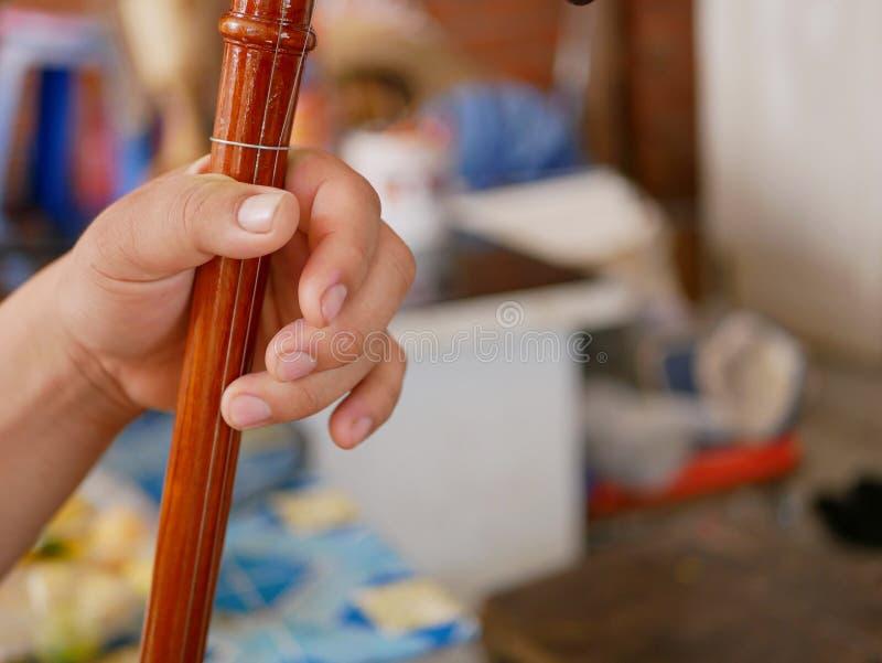 La main d'un musicien jouant Salor, deux ou violon de transitoire de trois-ficelle utilisé dans la région de Lanna ou dans le nor image stock