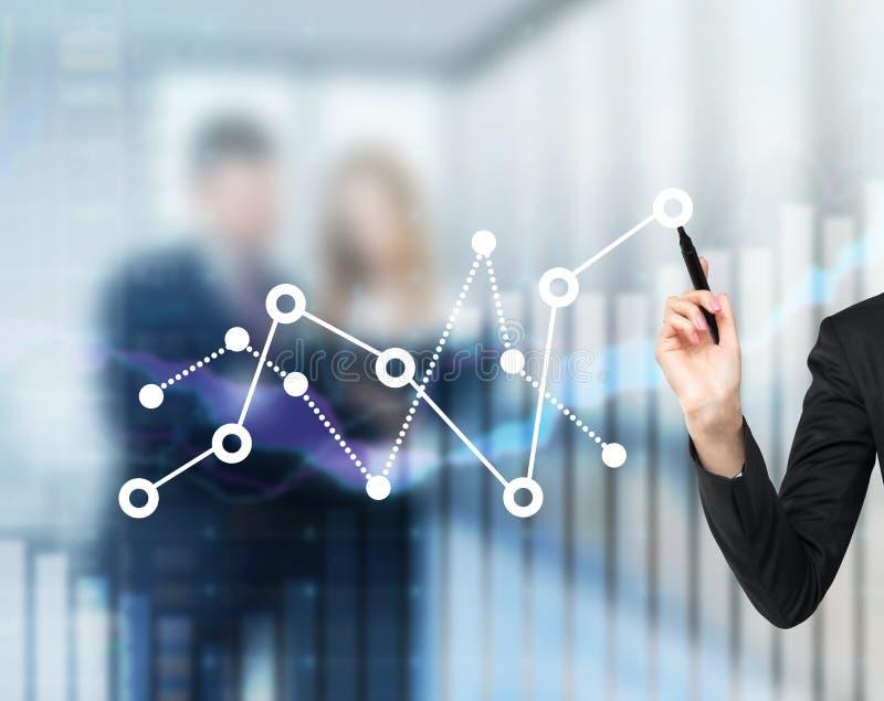 La main d'une femme dessine la fluctuation du diagramme financier photo stock