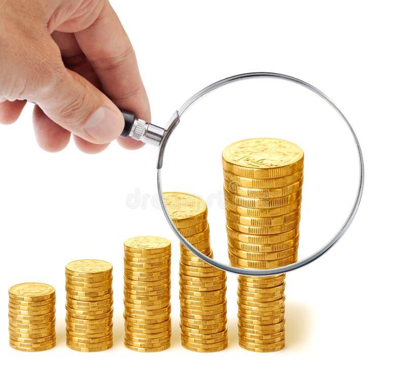 La main de cotisations de retraite d'argent magnifient photo stock