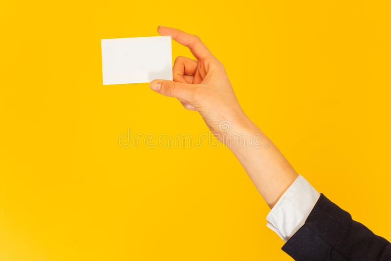 La main de la femme donnant la carte nominative avec l'espace de copie photo stock