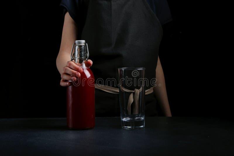 La main de femme font le cocktail ?troitement  l'eau orange d'?t? de glace de boissons de citron de carafe photos libres de droits