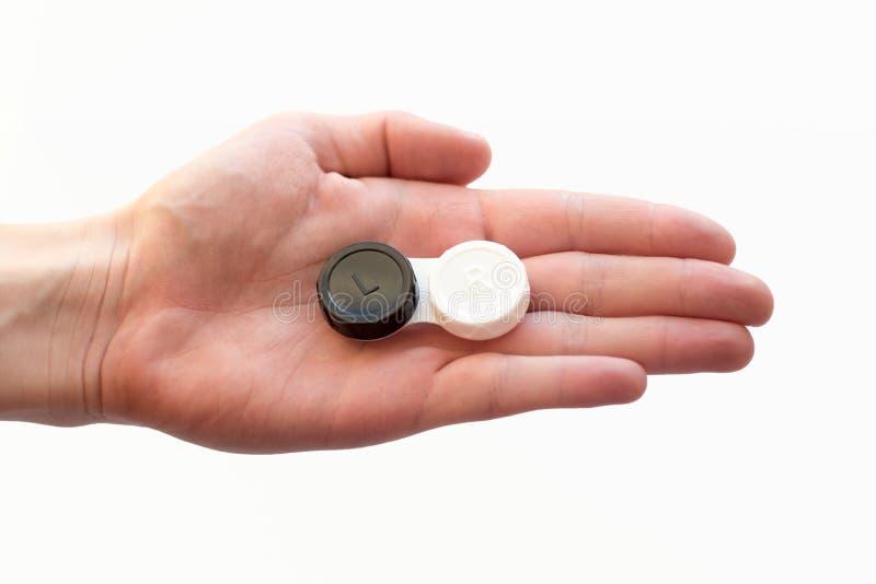 La main de femme tient la caisse de verre de contact image stock