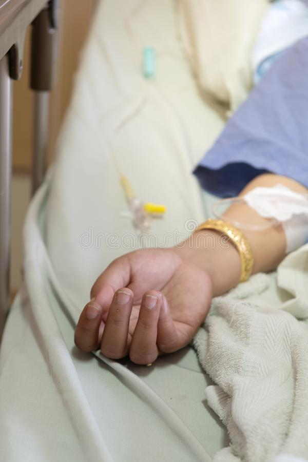 La main de la fille de participation de femme qui patients de fièvre dans l'hôpital image libre de droits