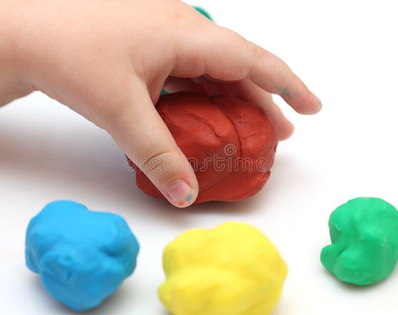 La main de l'enfant avec le playdough photos stock
