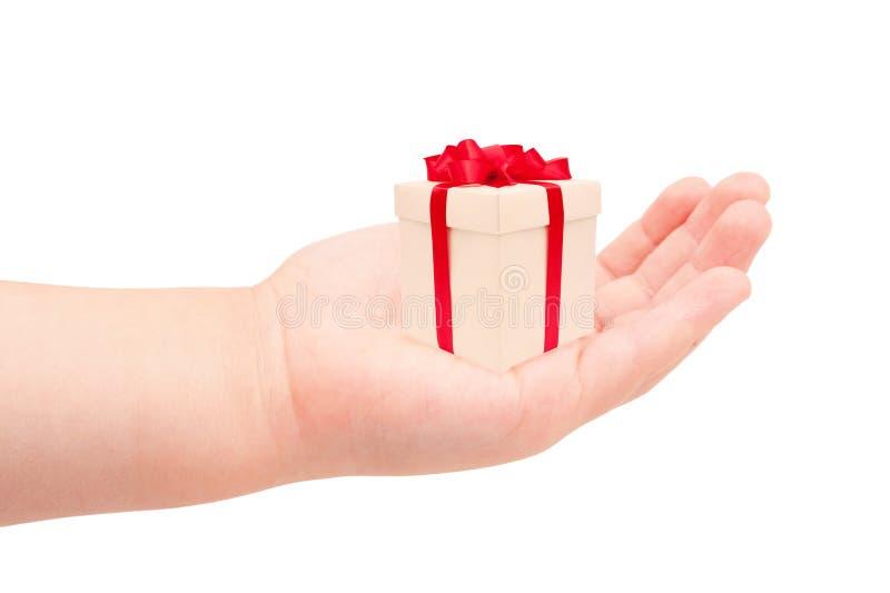 La main de l'enfant donnant le cadeau. images stock