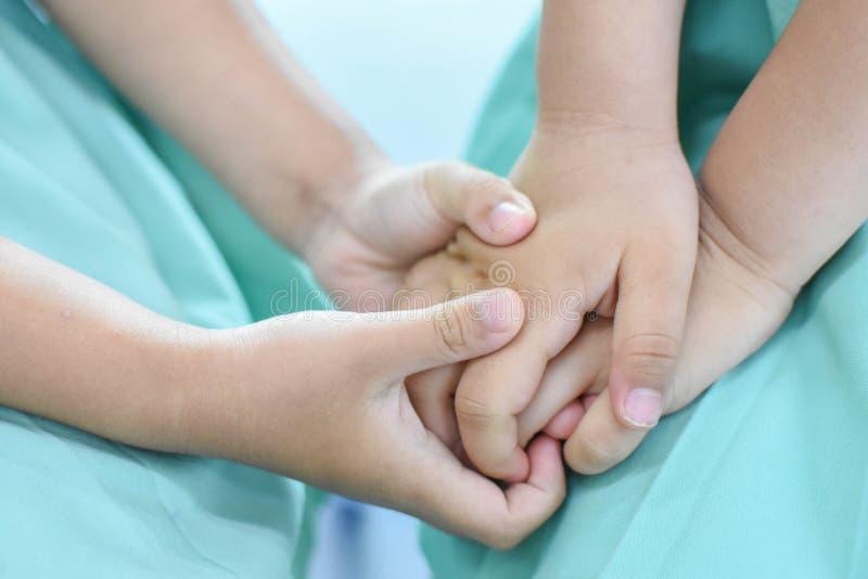La main de l'enfant joue image stock