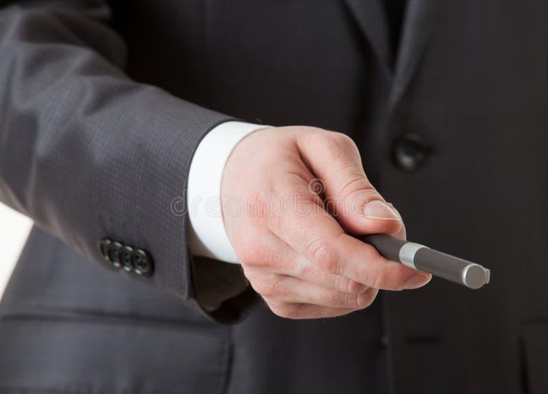 La main de l'homme d'affaires donnant un stylo photo stock